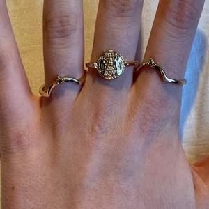 Säljer båda guldiga, silvriga och bronsfärgade ringar! Ringarna på den första bilden kostar 20kr/styck. Aldrig använda eftersom de är för stora (M/L). Ringarna på den andra bilden kostar 5kr/styck och är strl XS/S! 💘💘💘💘
