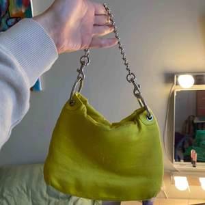 Min älskade väska från Little liffner säljer den pga kommer ej till användning! Köpte den för 1700kr och säljer den för 500kr då den är lite smutsig och har krympt något i tvätten vilket jag själv tyckte gjorde den sötare/snyggare.