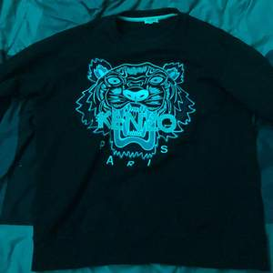 Hello, selling my Kenzo Sweatshirt! Selling because of lost intrest of the style that comes with it! Its In good condition and doesn't have any flukes.             Retail Prize | 2300 kr | It's completely Black and White and only has a weak text filling!