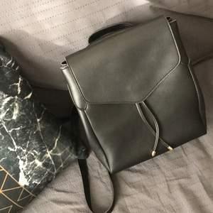 Köpte denna fina rygväskan när jag va i mitt hemland för 9 månader sen. Tyvär får jag inte mycket användning av den, men är säker att någon kommer att använda den mycket. 💕 Väldigt bra size, får mycket i. Är i bra skick också! 💗