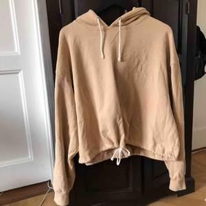Beige hoodie från bikbok med band man kan dra åt längst ner. Knappt använd och kostade ca 400 nypris. Fraktkostnad tillkommer. Kan även mötas upp i Stockholm