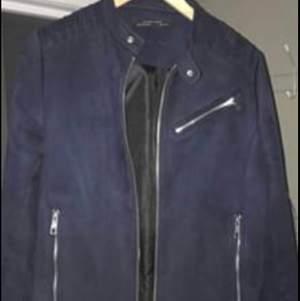 Mörkblå mockajacka från Zara.  Storlek Small.  Mycket bra skick.  Knappt använd.  Nypris ≈ 700kr