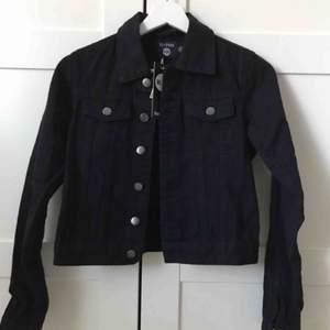 Svart jeansjacka från Boohoo. Helt ny och oanvänd, endast testad. Storlek 32, modell petite. 230 + frakt. Men kom gärna med egna prisförslag. Sjukt snygg jacka!