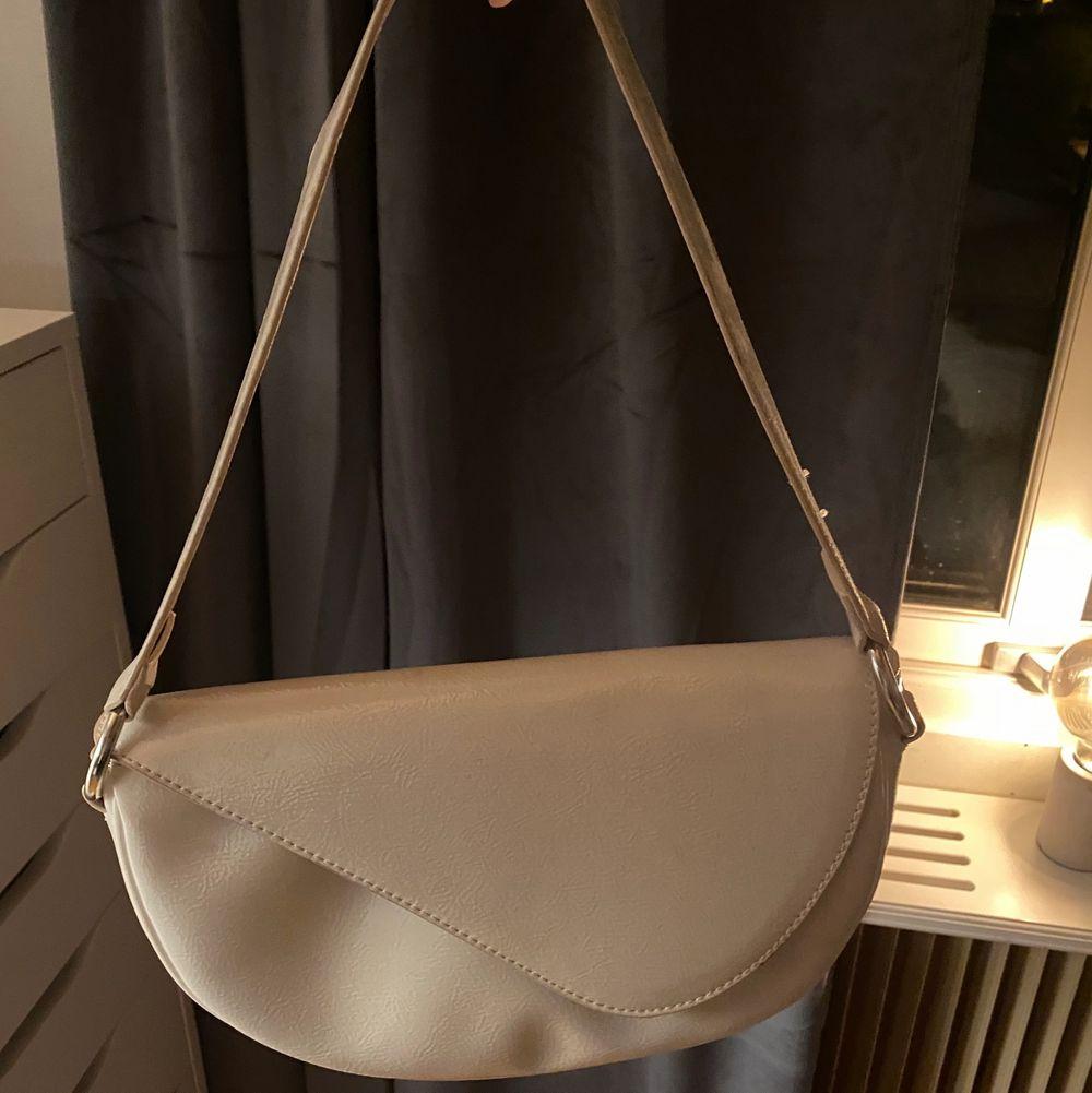 En snygg väska från Nelly! Kommer tyvärr inte till använding, därför jag säljer den. Köparen står för frakten! ✨🖤. Accessoarer.