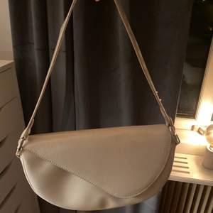 En snygg väska från Nelly! Kommer tyvärr inte till använding, därför jag säljer den. Köparen står för frakten! ✨🖤