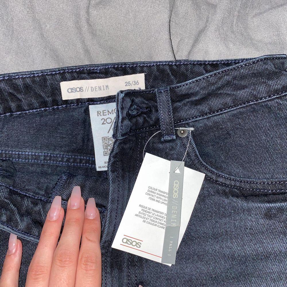 Ett par jeans från asos med prislappen kvar! Säljer dom pga att dom är alldeles för små så får mig inte på mig dom. Hittade inte en bild på dom så tog en liknande bild, men vid intresse så skickar jag mer bilder. Köparen står för frakten!✨. Jeans & Byxor.
