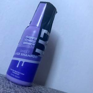 Nytt silverschsnpo vegabskt. 50ml Ett schampo med violetta färgpigment som rengör och neutraliserar oönskade gula toner på blondt och grått hår. Innehåller den aktiva ingrediensen Blue Seakale som är färgbevarande, skyddar mot värme och ger glans. Provita