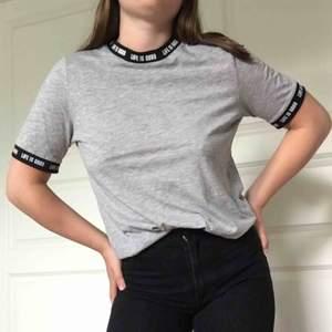 """T-shirt från vero moda där det står """"Life is good"""" vid krage och ärmar. Snygge relaxed fit. Frakt på 33kr tillkommer!"""