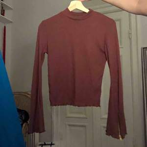 Superskön tröja med utsvängda ärmar och dragkedja och hög hals. Köparen står för frakt:)