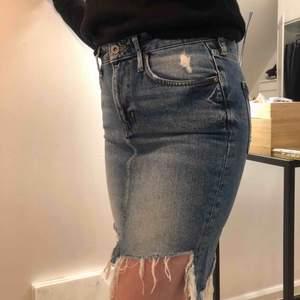 Oanvänd jeanskjol ifrån H&M. Den är jättefin men kan tyvärr inte använda den