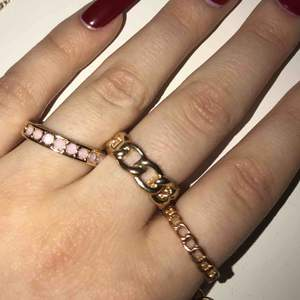 lite olika ringar, dem två kedje ringarna är i strl 17 och den rosa i strl 18🌼💕💓 40/ kr styck🌟  mitt konto @larssonnfelicia blev hackat så jag säljer sakerna här ist!  fraktar emot kostnad eller möts i uppsala!💕
