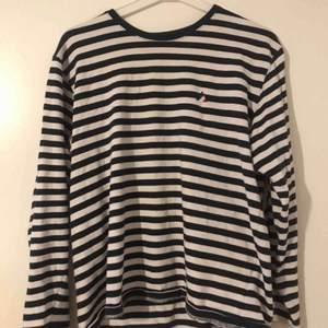 Säljer denna randiga tröja som jag köpte på Carlings i sommras! Den kommer tyvärr inte till användning, och är då så gott som ny! Köparen står för frakten<3