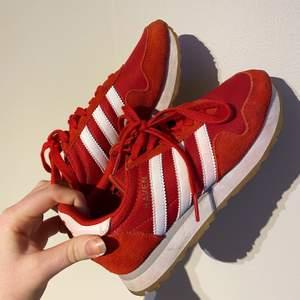 Väldigt fräscha, röda sneakers från adidas, knappt använda alls så i bra skick. Frakt tillkommer 🤤✨