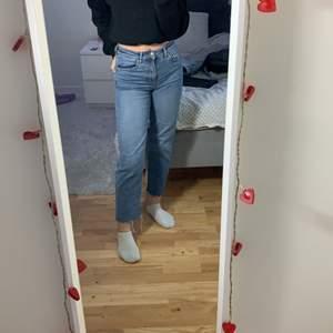 Säljer mina gamla favorit jeans, väldigt bra skick har några slitningar vid slutet av jeansen men det ska vara så. Lite korta på mig ( 1,62 ) små i storleken så passar XS och S.  frakt 66kr