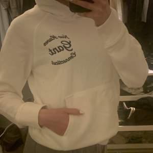 Jätte fin helt ny gant hoodie. aldrig använd bara testad. köpte den för 899kr. Den är i storlek 170 och passar mig som har xs. Ge förslag på rimligt pris!