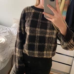 Säljer denna fina tröjan från hm i storlek M. Jättesnygg och skön men inte riktigt min stil. Därmed sparsamt använd.