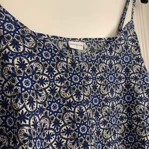 Blå/vit/svart Mönstrat linne. 💙🤍🖤 Från jacqueline de yong. Storlek 36. Reglerbara axelband. 👍🏼 Tunt, svalt och skönt material. Mycket bra skick! 🥰 Frakt tillkommer (brev/spårbart)
