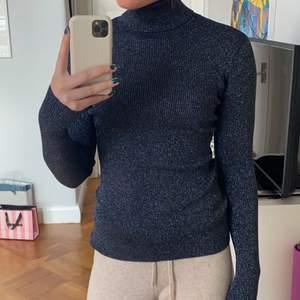 Säljer denna snygga glittriga polotröjan i marinblå, tröjan passar även mig som brukar ha S/M