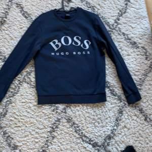 Hugo boss sweatshirt i väldigt bra skick andvänd ett fåtal gånger kan gå ner lite i pris vid snabb affär