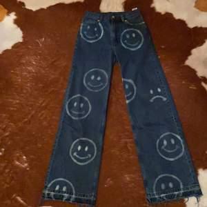 Monki jeans med blekta smileys😄