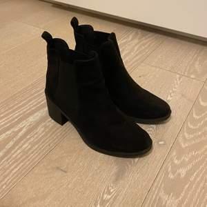 Svarta boots i mockaimitation, i mycket fint skick. Köpta på H&M. Storlek 37.