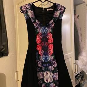 Blommig klänning med axel muddar storlek XS. Knappast andvänd💞