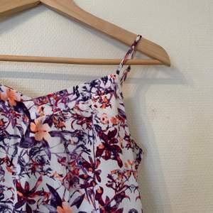 Linne från Jacqueline de Young, blommig och fin till våren 🌸 Mycket sparsamt använd.