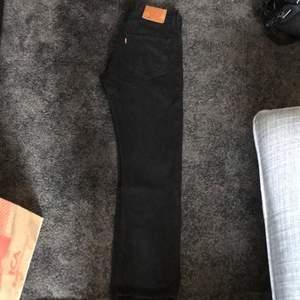 Levis jeans 501 storlek 31 i midja & 30 i längd, har inte använt dom så mycket så dom är inte slitna någonstans, använde dom en kort period under sommaren men växte ur dom. Dom är enligt mig korta för jag gillar jeans som går över skorna mycket, men dom är inte för korta dom slutar typ vid skorna på mig och jag är 176 cm lång.