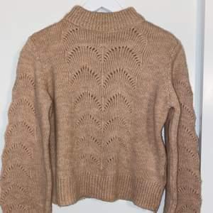 Mjuk och skön stickad tröja från Gina Tricot. Aldrig använd! Storlek S.