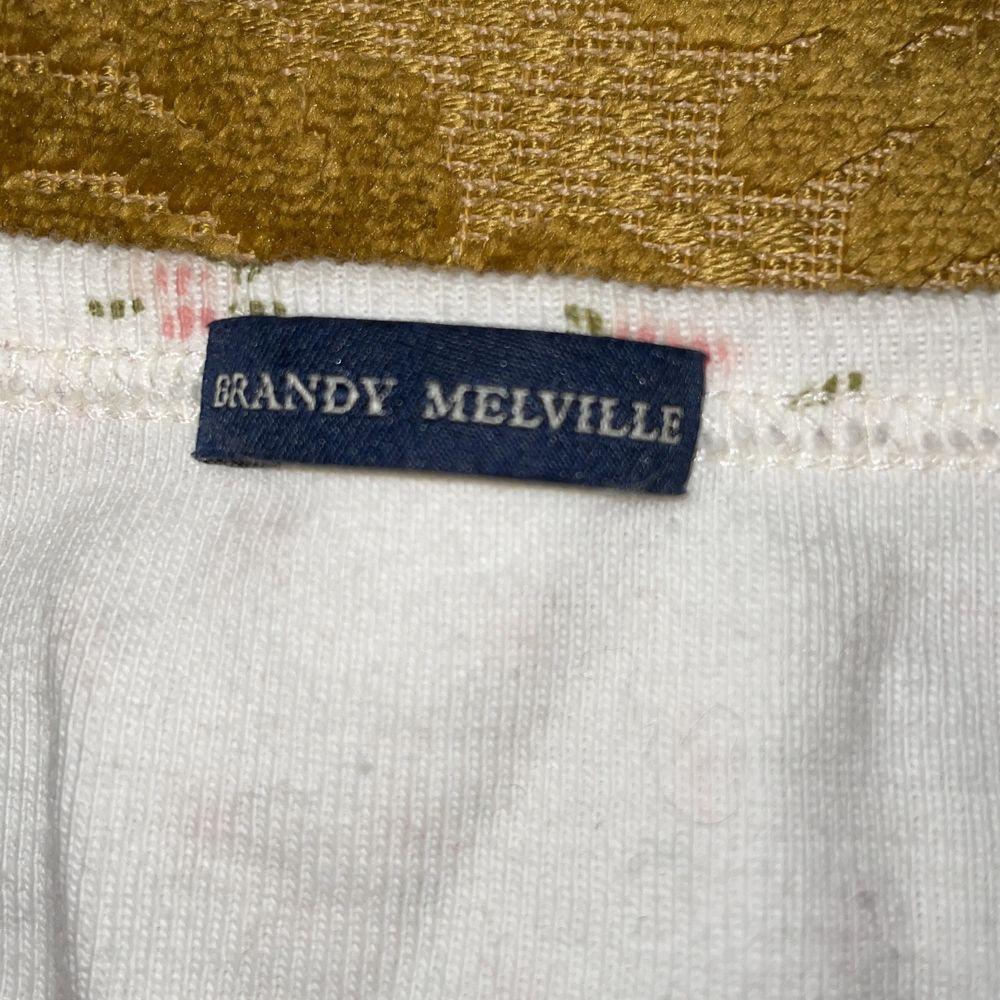 """urgullig blommig brandy melville topp, använder knappt aldrig denna då den inte är min stil. brandy Melville klassificerar sig själva som """"one size fits all"""" men den passar förmodligen som bäst på XS-S. tar emot bud eller byter mot annat klädesplagg, frakt diskuteras! <3. T-shirts."""