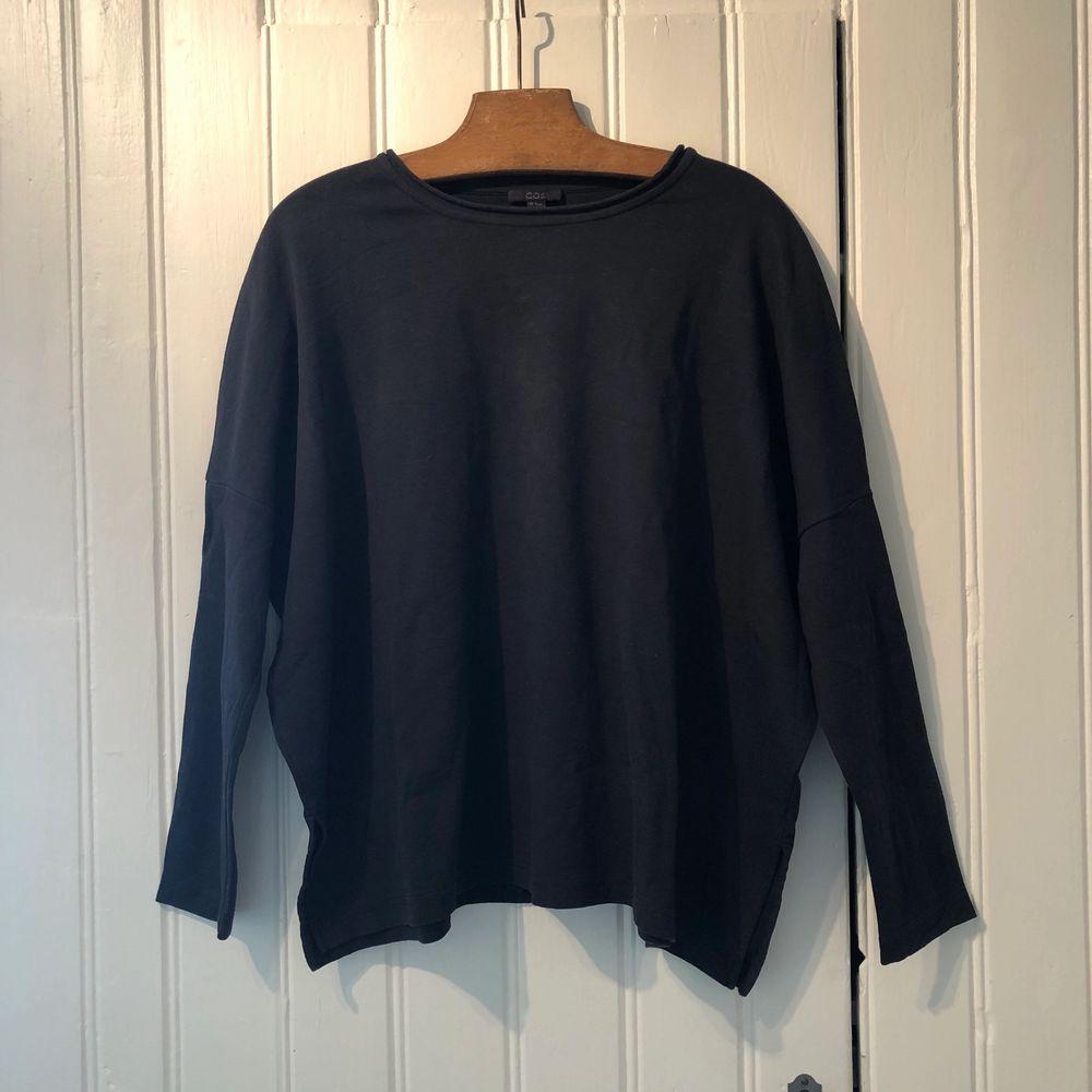 Mysig, gråblå tröja i bomull från Cos. Sparsamt använd. Tröjor & Koftor.
