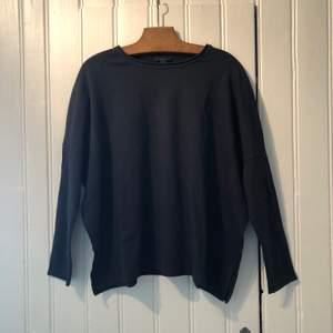 Mysig, gråblå tröja i bomull från Cos. Sparsamt använd