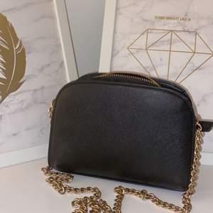 Stilig basic h&m väska i färgen svart med guldfärgad kedja. Väskan är knappt använd utan har mest hängt orörd de senaste året. Priset går att diskutera❤️