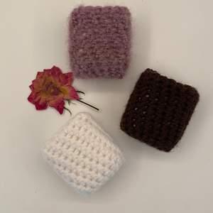 Har virkat tre stycken airpodsfodral i lila, brun och vit! 💕.           1 fodral=30 kr.                                                                              2 fodral=50 kr.                                                                             3 fodral=70 kr.