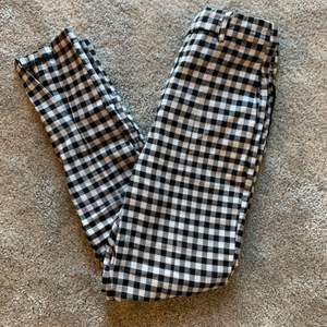 Rutiga kostymbyxor från Gina Tricot. De har tyvärr blivit för små för mig. Endast använda några gånger. Storlek 34. De har en slits längst ner där fram. Nypris: 349kr (skriv för fler bilder)