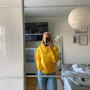 Gul hoodie från märket I STAY💛 hoodien är i storlek XS men passar också någon som har storlek S! Önskas fler bilder eller om det finns frågor är det bara att skriva