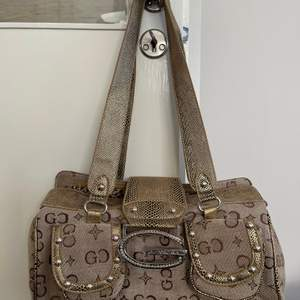 Väldigt fin och sparsamt använ väska, köpt på humana för runt 250kr. Finns fickor med dragkedja innuti. Buda gärna i kommentarerna! Frakt ingår ej