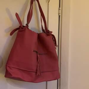 En stor rymlig väska från soft grey, köpt för 1 år sen, använd ett tag, jättefin med små detaljer och fortfarande i bra skick