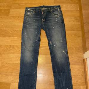 Säljer nu ett par skit snygga DSQUARED jeans då jag köpt nya och känner att jag inte kommer använda dem här mer. Dock har jag använt dom här fåtal gånger skick 9/10 aldrig blivit smutsiga eller tvättade nypriset på dem var 2500kr