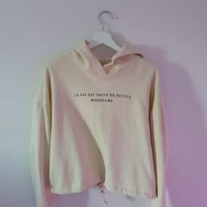 Fin hoodie från ginatrico♡ ihopdragbar runt midjan och mysigt tyg♡ köparen står för eventuell frakt♡