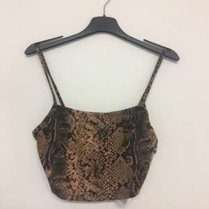 Ormönstrad topp. Säljer tillhörande kjol. Aldrig använd.