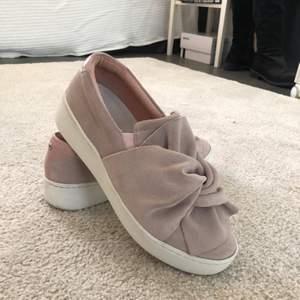 Pastellrosa sneakers köpta från Nilssons sko. Använda 2 gånger. Supersnygga men säljer då de inte riktigt är min stil. Nypris 800kr. Kommer i orginalskolådan.