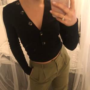 Superfin tröja med som tyvärr bara hänger i garderoben. Startbud på 59kr(+frakt). Hår ni några frågor så är det bara att skriva💘💜