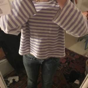 Säljer denna oversized randiga vit-lila tröja, supersnygg å skön! 50kr + 60kr frakt, eller mötes upp i Malmö!
