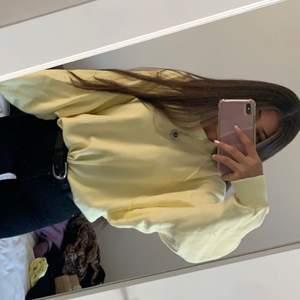 Säljer min gula hoodie som jag använt 2-3 gånger, rensar garderoben väljer därför att sälja denna