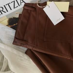 🦎 Aritzia Melina Pant i Congac i strl 4. 🦎 Byxorna är endast testade, lapparna sitter kvar. Säljer pga bestämde mig för att jag inte passar i bruna byxor :) Byxorna är gjorda i veganskt läder. 🦎 Jag har vanligtvis strl 36/S och 24/25 i jeans, byxorna passar mig jättebra utöver lite stora i midjan. De är stretchiga så man kommer undan med att vara lite mindre eller större än mig. Jag är 170cm. 🦎 Nypris $148, säljer för 1200:-, spårbar frakt tillkommer med 66:-.🦎