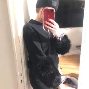 Ascool tröja från H&M köpt för typ ett år sen, men har bara legat i garderoben för jag tycker den är för kort i ärmarna (är lång) därav att den är lite dammig😂