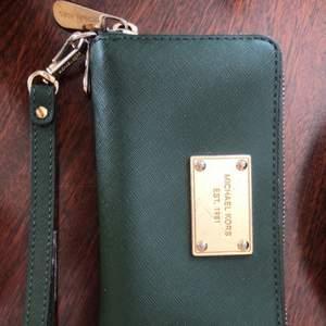 En grön plånbok, 4 år gammal nypris 1800kr några skråmor på vissa ställen men i relativt bra skick och super snygg😇❤️