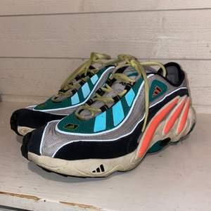 Mina fina yankyard skor, använd få gånger och mycket bra skick! Lyser med reflex, märke adidas:)