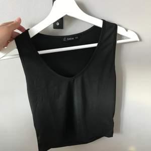 Ett svart linne/Topp från Shein som knappt är använd. 40kr+frakt 😊